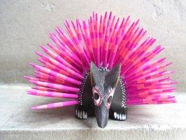 オアハカ 木彫り人形 ティルカヘテ [ハリネズミ ブラック&ピンク] Sサイズ