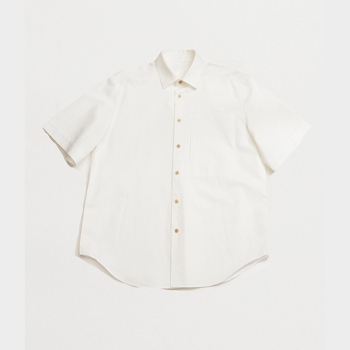 <img class='new_mark_img1' src='https://img.shop-pro.jp/img/new/icons5.gif' style='border:none;display:inline;margin:0px;padding:0px;width:auto;' />CLASSIC SHORT-SLEEVED SHIRT / WHITE