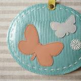 春色レザーのリール付きICカードケース「チョウチョ・ブルー」