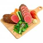 大きなローストビーフ(野菜とフライドポテト添え)