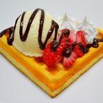 ワッフル(苺+生クリーム+バニラアイス+チョコソース)