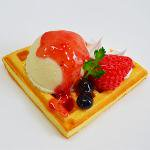 ワッフル(ダブルベリー+生クリーム+バニラアイス+苺ソース)