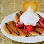 山盛りホイップパンケーキ・チョコソース&クッキートッピング
