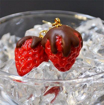 チョコディップ苺のピアス