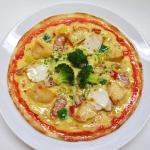 ソーセージポテトとモッツァレラチーズのピザ