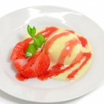 完熟苺と溶け出したアイスクリーム(苺ソース・ミント添え)