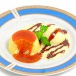 食べかけプリンと溶け出したアイスクリーム(チョコレートソース・ミント添え)