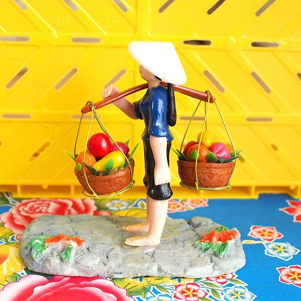 ベトナム 天秤棒で果物を運ぶ女の子【画像2】