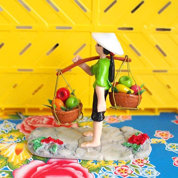 ベトナム 天秤棒で果物を運ぶ女の子【画像3】