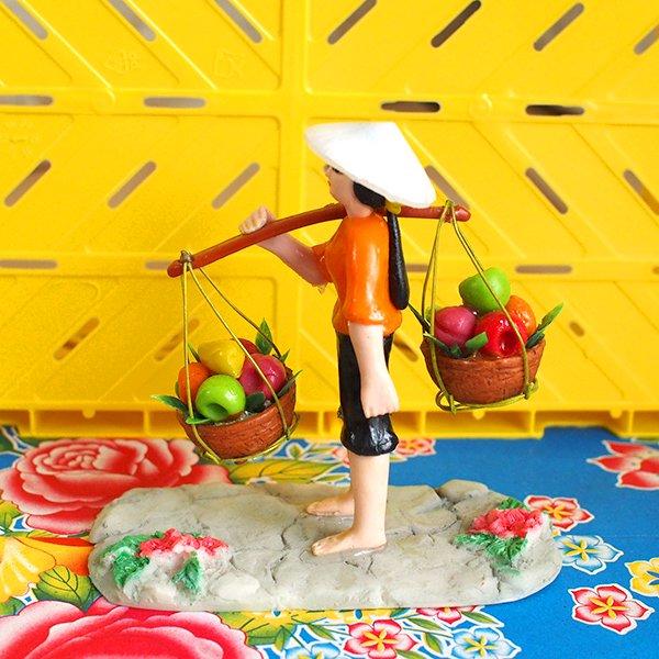 ベトナム 天秤棒で果物を運ぶ女の子【画像4】