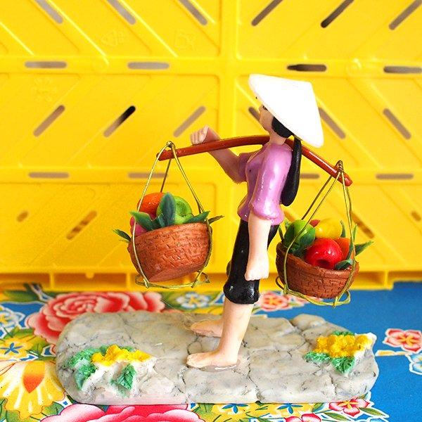 ベトナム 天秤棒で果物を運ぶ女の子【画像5】