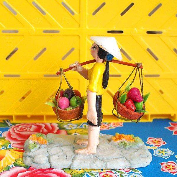 ベトナム 天秤棒で果物を運ぶ女の子【画像6】