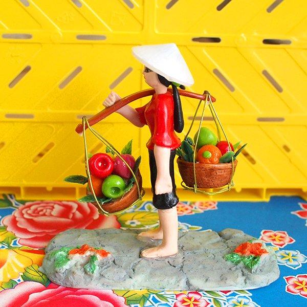 ベトナム 天秤棒で果物を運ぶ女の子【画像7】