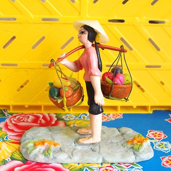 ベトナム 天秤棒で果物を運ぶ女の子【画像8】