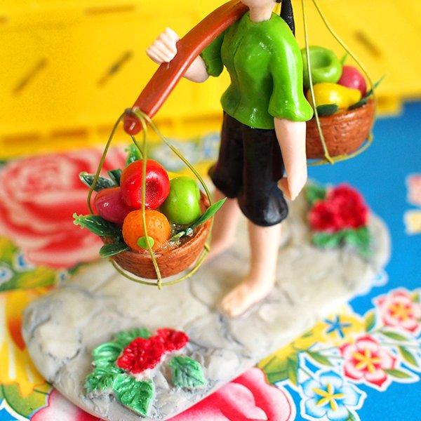 ベトナム 天秤棒で果物を運ぶ女の子【画像9】