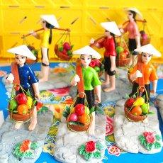 インテリア ベトナム 置物 (天秤棒で果物を運ぶ女の子)