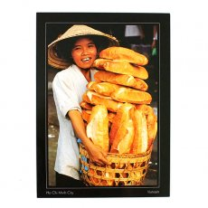 ベトナム ポストカード【チョロンのバス停留所で女性がパンを売る】Woman sells bread at Cholon bus station