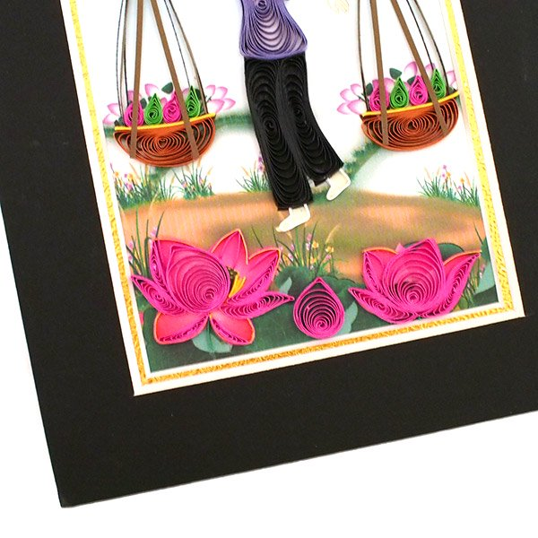 ベトナム クイリングアート 【Quilling art】17×12 天秤棒を担ぐ女性と蓮 【画像3】