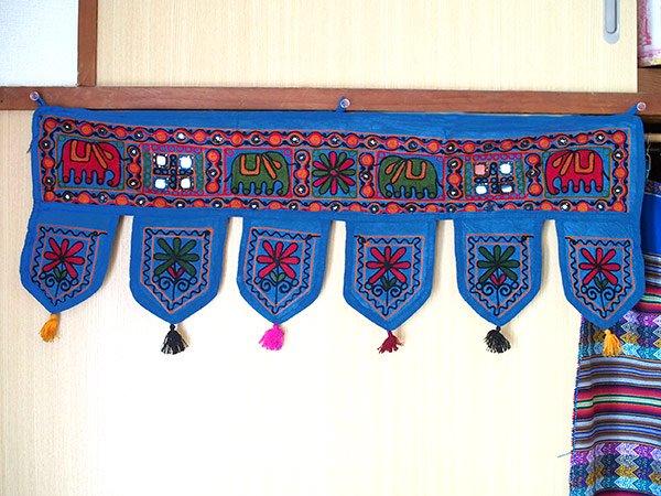 インド 刺繍 ミラーワークの のれん(タッセル付き ブルー)【画像6】