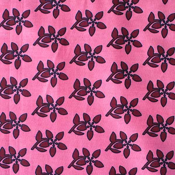 アフリカ ケニア カンガ プリント布 110x150(波型と小花 ピンク 日本語訳不明)【画像4】