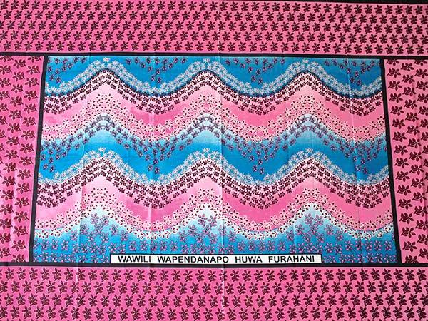 アフリカ ケニア カンガ プリント布 110x150(波型と小花 ピンク 日本語訳不明)【画像5】