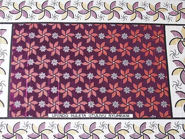 アフリカ ケニア カンガ プリント布 110x150(かざぐるま パープル 日本語訳不明)【画像5】
