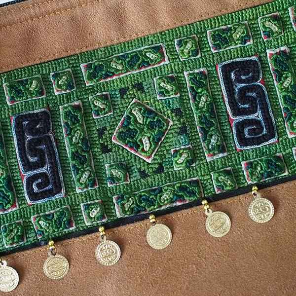 ベトナム 少数民族 黒モン族 刺繍 クラッチバッグ(飾り付き)【画像3】
