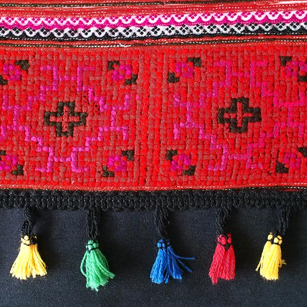 ベトナム 少数民族 モン族 刺繍 クラッチバッグ(タッセル付き レッド)【画像2】
