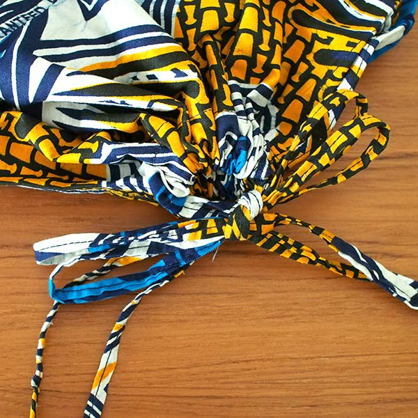 【HARMONY FOR PEACE プロジェクト】マリ 足踏みミシンで仕立てた パーニュ 巾着 エコ ショルダーバッグ(オレンジ カメラ)【画像3】