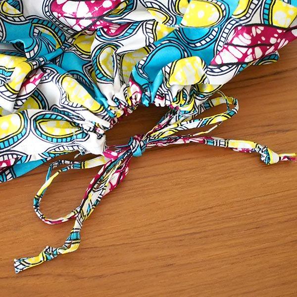 マリ 足踏みミシンで仕立てた パーニュ 巾着 エコ ショルダーバッグ(ブルー 模様)【画像3】