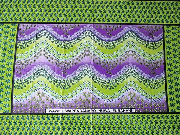 アフリカ ケニア カンガ プリント布 110x150(波型と小花 グリーン 日本語訳不明)【画像5】