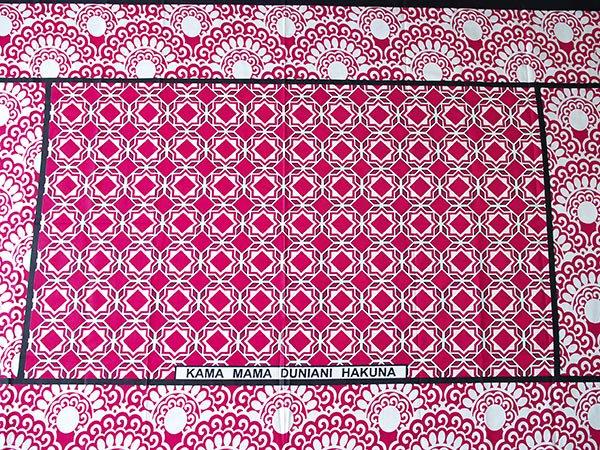 アフリカ ケニア カンガ  プリント布 110×150(ひし形 ピンク 日本語訳不明)【画像5】
