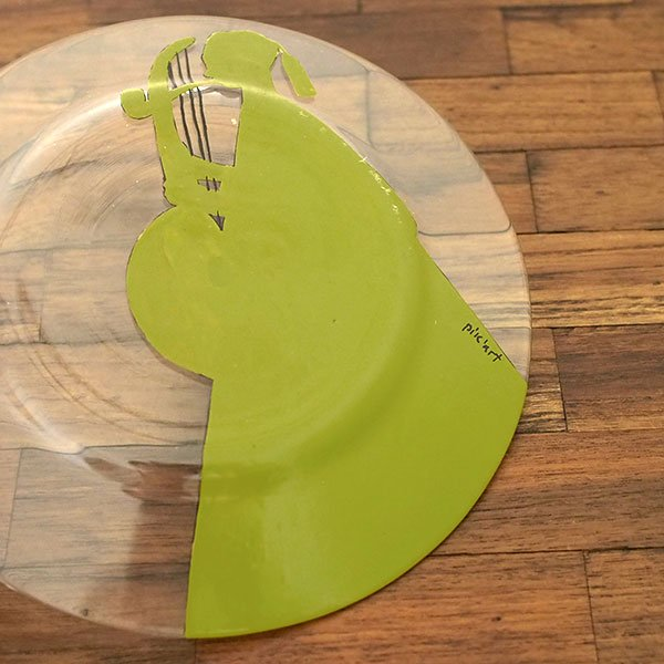 セネガル ガラス 絵皿 スウェール(楽器 民族衣装 キミドリ 直径 約19cm)【画像4】