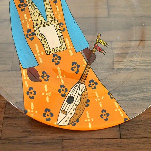 セネガル ガラス 絵皿 スウェール(楽器 民族衣装 オレンジ 直径 約19cm)【画像3】