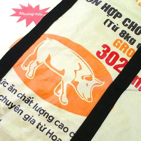 【NEW シリーズ】ベトナム 飼料袋 リメイク ショルダーバッグ(ビニールコーティング マチ付き ブタ クリーム)【画像3】