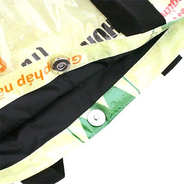 【NEW シリーズ】ベトナム 飼料袋 リメイク ショルダーバッグ(ビニールコーティング マチ付き ブタ クリーム)【画像4】