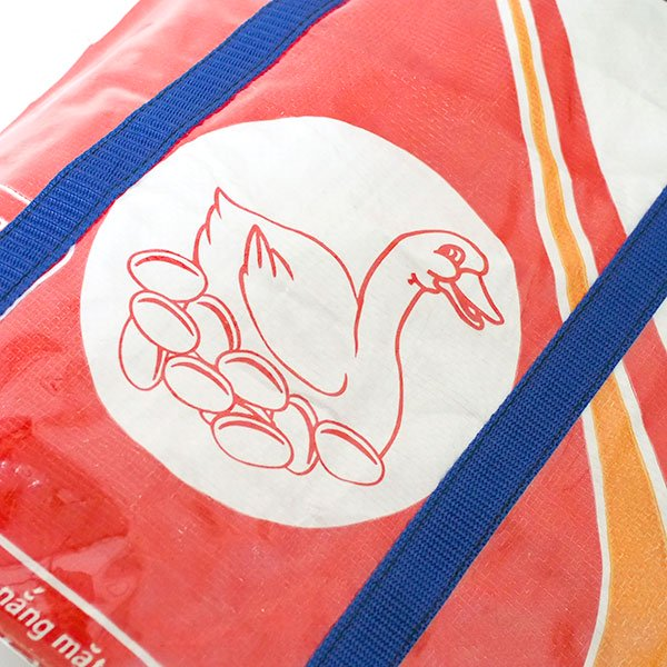 【NEW シリーズ】ベトナム 飼料袋 リメイク ショルダーバッグ(ビニールコーティング マチ付き アヒル レッド)【画像3】