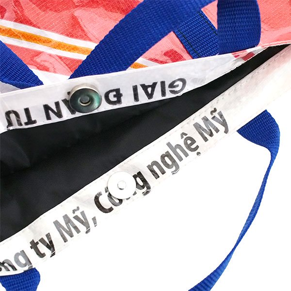 【NEW シリーズ】ベトナム 飼料袋 リメイク ショルダーバッグ(ビニールコーティング マチ付き アヒル レッド)【画像4】