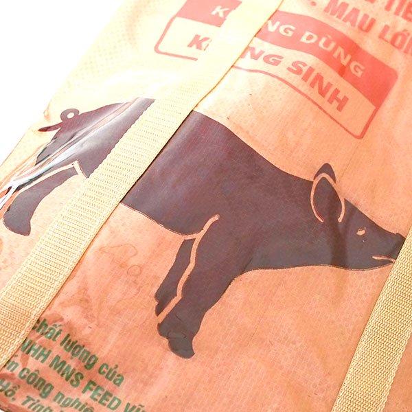【NEW シリーズ】ベトナム 飼料袋 リメイク ショルダーバッグ(ビニールコーティング マチ付き ブタ ブラウン)【画像3】