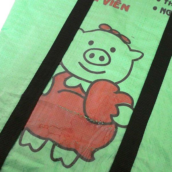 【NEW シリーズ】ベトナム 飼料袋 リメイク ショルダーバッグ(ビニールコーティング マチ付き ブタ グリーン)【画像3】