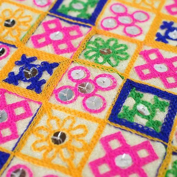 インド ラジャスタンの刺繍布 ゴールド スパンコール(幅約108cm / 1m切り売り)【画像4】