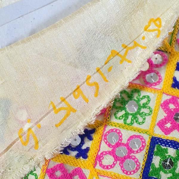 インド ラジャスタンの刺繍布 ゴールド スパンコール(幅約108cm / 1m切り売り)【画像8】