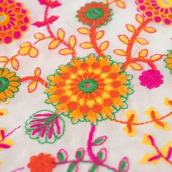 インド ラジャスタンの刺繍布  ミラーワーク 花(幅約109cm / 1m切り売り)【画像3】