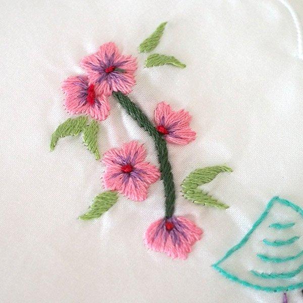 ベトナム 手刺繍 ハンカチ(アオザイの女の子と花)【画像4】