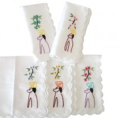 ベトナム 手刺繍 ハンカチ(アオザイの女の子と花)