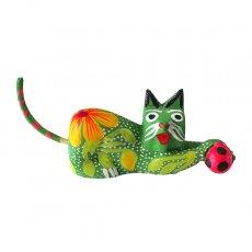 メキシコ ウッドカービング アレブリヘス (ネコとサッカーボール  グリーン )
