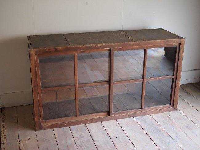 雑貨屋のガラス戸棚