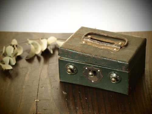小さなブリキの貯金箱