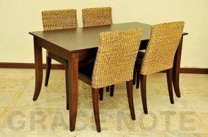 優美な曲線を描くエレガントなテーブル