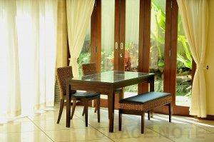 ガラス天板の施しが高級感を醸しだすダイニングテーブル